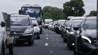 Des automobilistes sont pris dans un embouteillage, le 7 juin 2018, sur l'A13, près d'Annebault (Calvados). (CHARLY TRIBALLEAU / AFP)