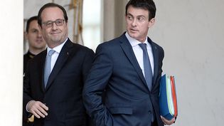 François Hollande et Manuel Valls se quittent après un Conseil des ministres, le 30 juin 2016, à l'Elysée, à Paris. (STEPHANE DE SAKUTIN / AFP)