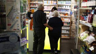 Les clients d'une pharmacie à Coutances (Manche), le 26 février 2019. (CHARLY TRIBALLEAU / AFP)