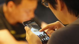 Un jeune Coréen consulte un smartphone, à Séoul (Corée du Sud), le 6 juillet 2012. (LEE JAE WON / REUTERS)