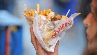 Une jeune femme déguste un kebab, le 21 juin 2012 à Nantes (Loire-Atlantique). (FRANK PERRY / AFP)