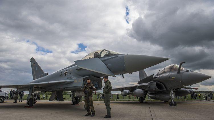 UnTyphoon d'Eurofighter et un Rafale de Dassault sont exposés lors du salon ILA de Berlin (Allemagne), le 26 avril 2018. (JOHN MACDOUGALL / AFP)