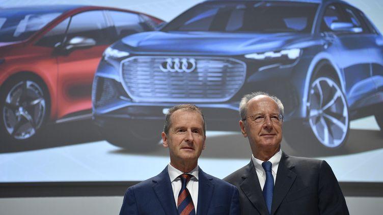Le PDG de Volkswagen, Herbert Diess, et leprésident du conseil de surveillance ,Hans Dieter Pötsch, lors de l'assemblée générale du groupe à Berlin (Allemagne), le 14 mai 2019. (JOHN MACDOUGALL / AFP)
