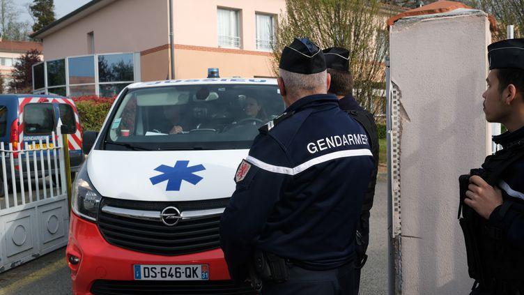 Une ambulancedevant la maison de retraite de Lherm en Haute-Garonne, le 1er avril 2019. (ERIC CABANIS / AFP)