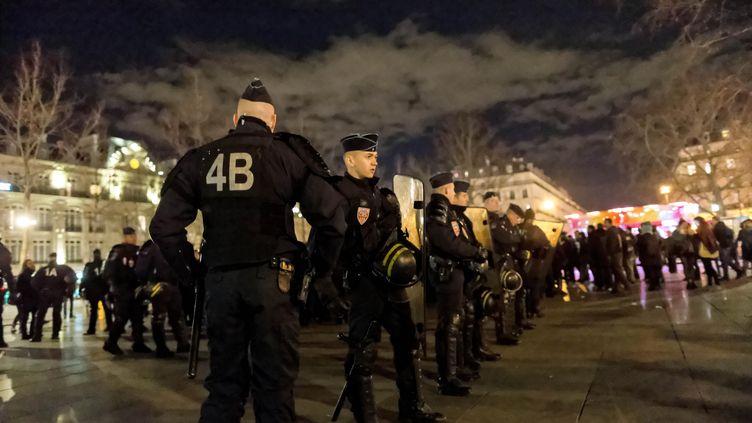 Des policiers regroupés sur la place de la République, à Paris, le 30 décembre 2015. (MICHEL STOUPAK / CITIZENSIDE.COM / AFP)