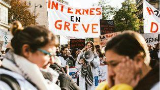 Des internes lors de la manifestation des agents de l'hôpital public à Paris, le 14 novembre 2019. (Yann Castanier / Hans Lucas / AFP)