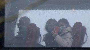 Un bus transportant des citoyens britanniques évacués de Wuhan, en Chine, arrive à l'hôtelMilton Keynes, à Londres, le 9 février 2020. (ISABEL INFANTES / AFP)