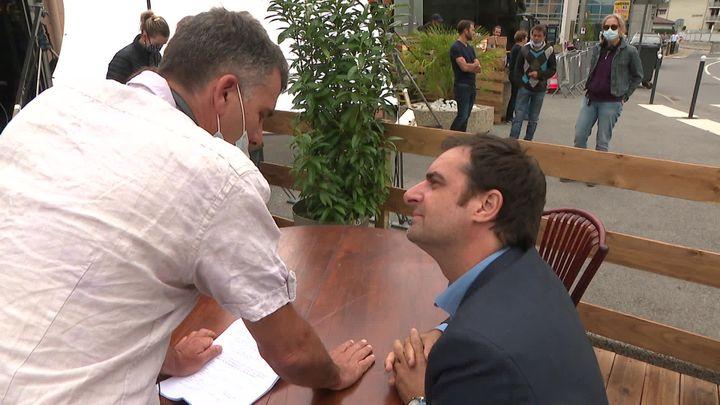 Le réalisateur Gilles Perret (debout en chemise blanche) et le comédien Grégory Montel (assis, à droite)sur le tournage de Reprise en main. (S. Worreth / France Télévisions)