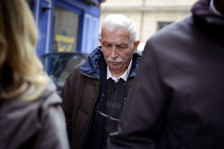 L'entraîneur de tennis Régis de Camaret, condamné pour viol et tentatives de viol sur deux de ses anciennes élèves, sortant du tribunal deLyon, le 15 novembre 2012. (JEFF PACHOUD / AFP)