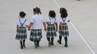 Des élèves d'une école primaire publique portant l'uniforme sortent lors de la récréation, le 12 septembre 2011, à Barcelone (Espagne). (SANCHEZ / CARO FOTOS / SIPA)