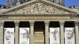 Les portraits de Jean Zay, Geneviève de Gaulle-Anthonioz, Pierre Brossolette et Germaine Tillion sur la façade du Panthéon à Parisen 2015. (BOB DEWEL / ONLY FRANCE)