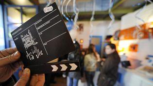 """La boutique """"Plus belle la vie"""" propose les produits dérivés officiels du feuilleton quotidien de France 3 à Marseille (Bouches-du-Rhône). (GERARD JULIEN / AFP)"""