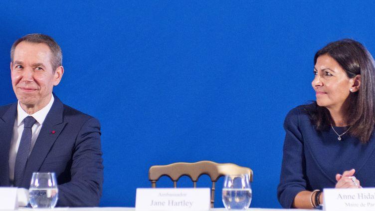 Anne Hidalgo et Jeff Koons, lors de la conférence de presse annonçant le don de Jff Koons d'une de ses scultptures à la Ville de Paris  (Xavier Francolon/SIPA)