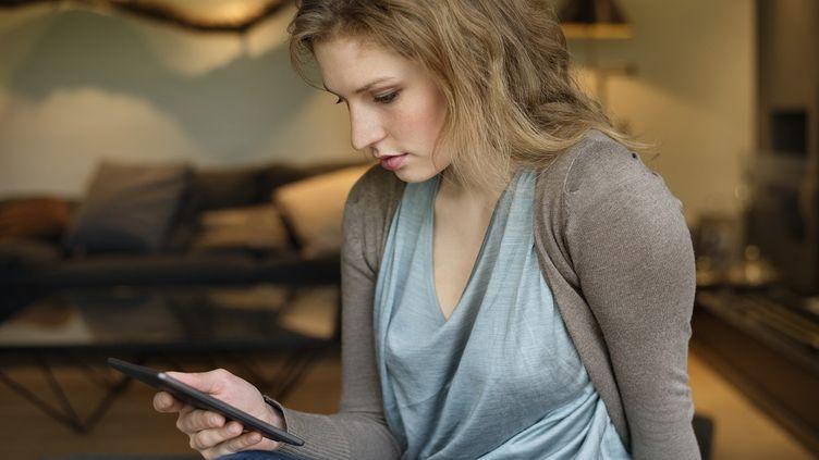Sur les 69% de Français qui s'affirment lecteurs, 11% utilisent le support numérique (tablettes, liseuses ou téléphones portables). (ERIC AUDRAS / ONOKY)