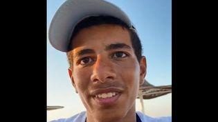 Ibrahim Abdel Nasser, le vendeur de fresca, brioche égyptienne, sur une plage d'Alexandrie. (Capture d'écran)