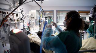 Dans l'unité Covid-19 de l'hôpital Louis-Mourier à Colombes (Hauts-de-Seine), le 4 mai 2021. (ALAIN JOCARD / AFP)