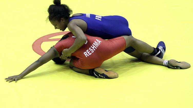 La française Koumba Larroque affronte l'indienne Reshma Mane lors des qualifications pour les Jeux olympiques de la jeunesse en Chine, le 26 août 2014. (SYLVIE PERU / REUTERS)