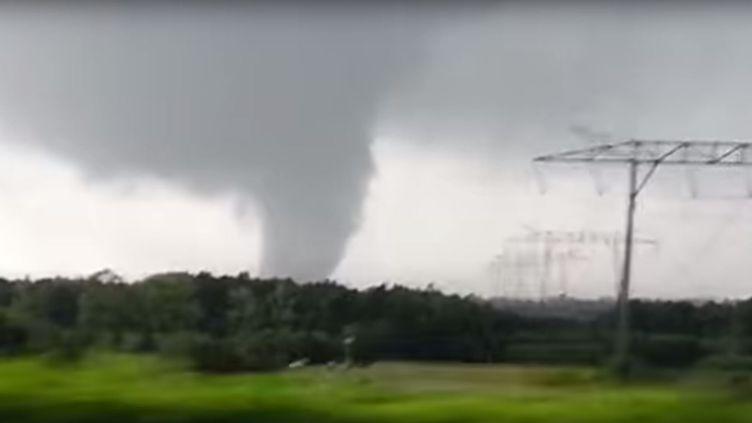 Capture d'écran de la vidéo filmée par un automobiliste pris dans une tornade dans le nord de la Gironde, le 13 septembre 2015. (MIGUEL BARROCO LOPES / FACEBOOK)