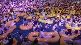 Des habitants de Wuhan (Chine) participent à une fête techno, le 15 août 2020. (AFP)