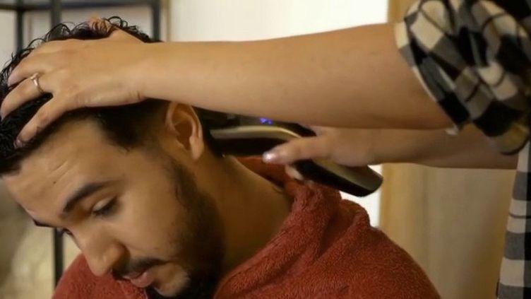 En période de confinement, les coiffeurs sont fermés. Alors, comment rester présentable, même à la maison? Petit guide pratique. (France 3)