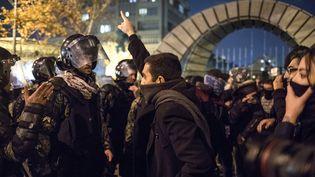 Un homme face à la police anti-émeute lors d'une manifestation à l'extérieur de l'Université Amir Kabir de Téhéran, le 11 janvier 2020. (AFP)