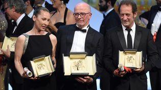Emmanuelle Bercot, Jacques Audiard, et Vincent Lindon, dimanche 24 mai 2015 lors de la cérémonie de clôture du festival de Cannes (Alpes-Maritimes). (ANNE-CHRISTINE POUJOULAT / AFP)
