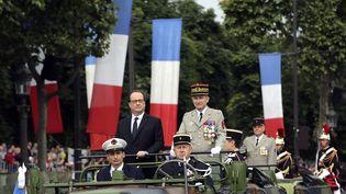 Le président de la République, François Hollande, et Pierre de Villiers,chef d'état-major des armées, lors du défilé militaire, le 14 juillet 2015. (THIBAULT CAMUS / POOL)