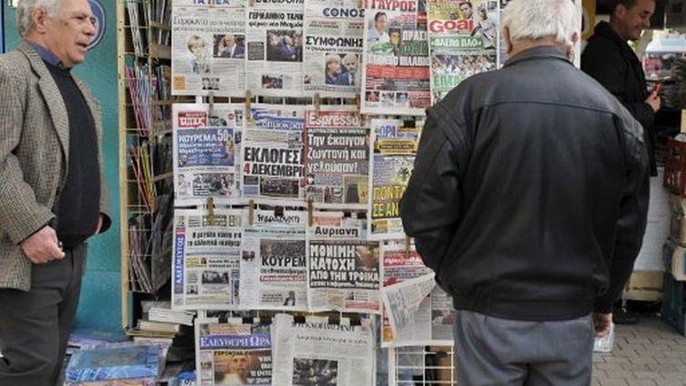 Jeudi 27 octobre, les Grecs découvrent l'accord conclu entre les banques grecques et l'Allemagne et la France. (LOUISA GOULIAMAKI / AFP)