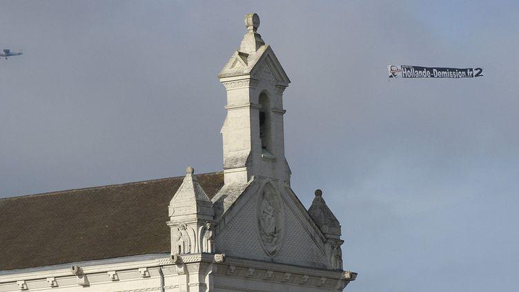 """Un avion survole le mémorial de Notre-Dame-de-Lorette avec une banderole """"Hollande démission.fr""""  (LIONEL BONAVENTURE / AFP)"""