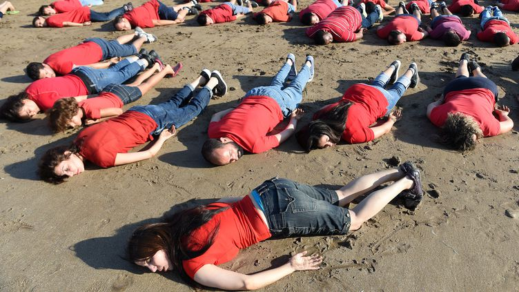 Des Marocains rendent hommage au petit Aylan, enfant syrien mort échoué sur une plage turque, à Rabat (Maroc), le 7 septembre 2015. (FADEL SENNA / AFP)