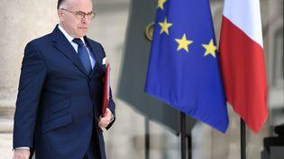 Bernard Cazeneuve à la sortie de l'Elysée, le 26 avril 2017. (STEPHANE DE SAKUTIN / AFP)