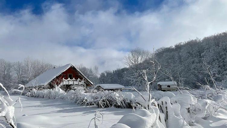 Chalet éco-responsable dans le massif du Sancy en Auvergne à réserver sur le site greengo.voyage. (GREENGO VOYAGE)