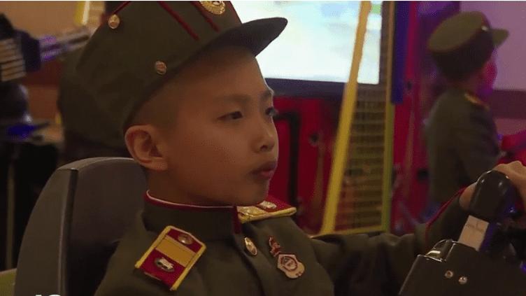 En Corée du nord, des orphelins sont formés dans une école qui enseigne dès le plus jeune âge les connaissances dans le domaine militaire. (FRANCE 2)