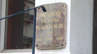 Plaque sur l'immeuble d'Aix-les-Bains où résida la Reine Victoria (CAPTURE D'ÉCRAN FRANCE 3)