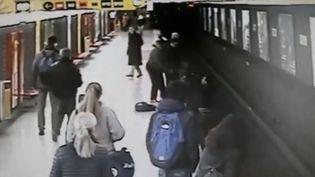 """Capture d'écran d'une vidéo, publiée par le journal italien """"Il Giorno"""" le 14 février 2018, montrant le sauvetage d'un enfant tombé sur les voies du métro de Milan. (IL GIORNO)"""