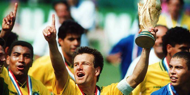 Dunga soulevant la Coupe du Monde lors de l'édition 1994