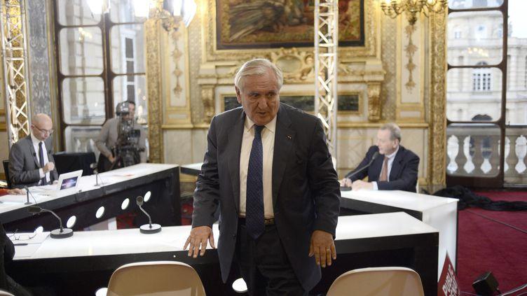 Jean-Pierre Raffarin quitte un plateau de télévision à Paris sur les sénatoriales le 28 septembre 2014 (STEPHANE DE SAKUTIN / AFP)