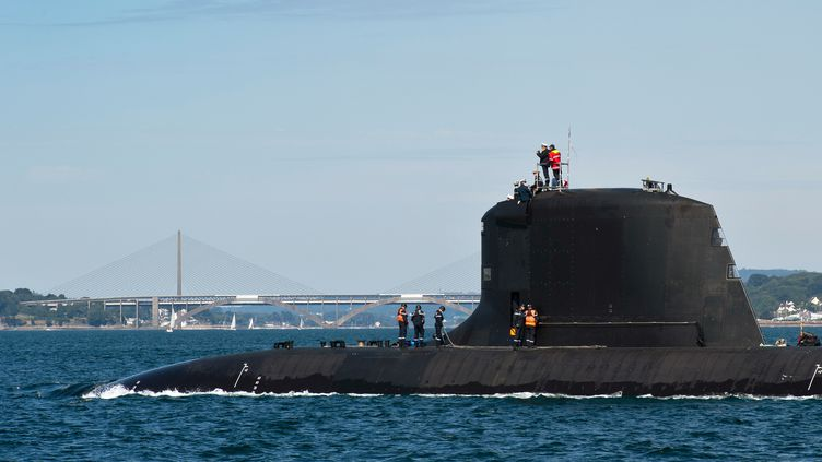 """Le """"Suffren"""", un sous-marin nucléaire d'attaque, le 13 juillet 2020, dans la rade de Brest (Finistère). (MIKAEL MAZELLA / NAVAL GROUP / AFP)"""