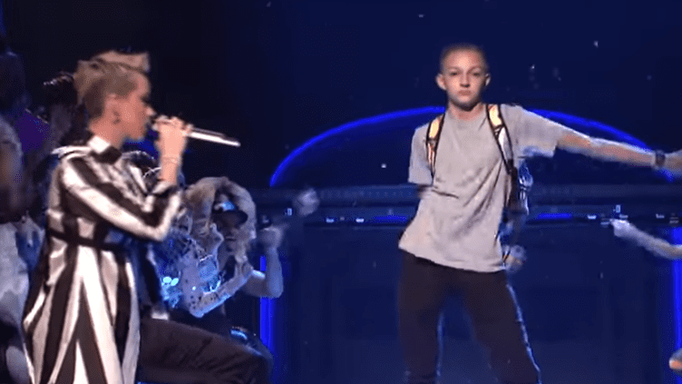 "Russell Horning, le ""backpack kid"", fait sa danse lors du passage de Katy Perry au ""Saturday Night Live"" le 21 mai 2017. (You)"