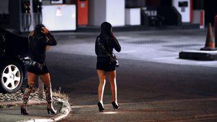 Des prostituées dans une rue de Toulouse (Haute-Garonne), le 19 octobre 2013. (REMY GABALDA / AFP)