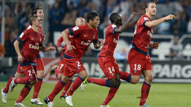 Zlatan Ibrahimovic devant, ses coéquipiers derrière