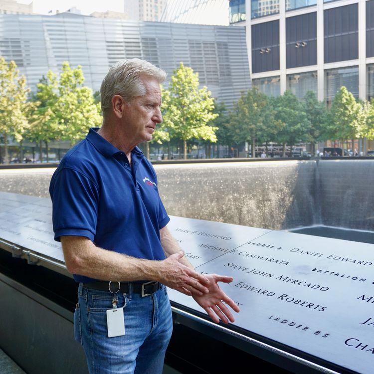 Richie Alles, ancienchef adjoint des pompiers de New York (Etats-Unis),devant le Mémorial du 11-Septembre. (MARIE-VIOLETTE BERNARD / FRANCEINFO)