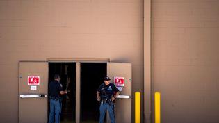 Desforces de l'ordreà la sortie d'un Wal-Mart où une fusillade s'est produite à El Paso, au Texas (États-Unis), samedi 3 août 2019. (JOEL ANGEL JUAREZ / AFP)