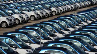 Des voitures de la marque Smart produites par l'usine de Hambach (Moselle), le 11 septembre 2015. (PATRICK HERTZOG / AFP)