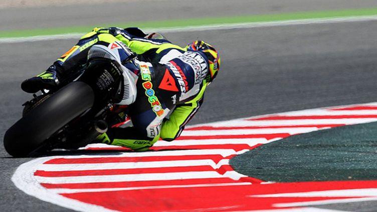 Valentino Rossi (Yamaha) sur le circuit de Catalogne (QUIQUE GARCIA / AFP)