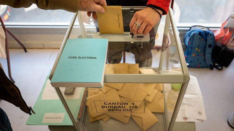 Un bureau de vote à Nice (Alpes-Maritimes), lors du premier tour des élections municipales, le 15 mars 2020. (ARIE BOTBOL / HANS LUCAS)