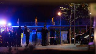 Des policiers enquêtant sur une scène de crime à Marseille, le 21 octobre 2016. (BERTRAND LANGLOIS / AFP)