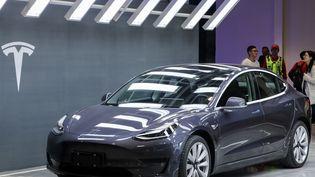 Une Tesla 3 présentée à Shanghaï (Chine). (STR / AFP)