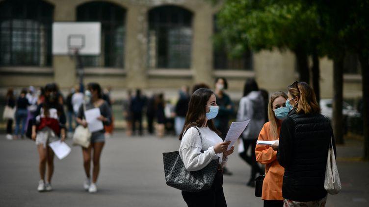 Des élèves consultent les résultats du baccalauréat, le 7 juillet 2020 à Paris. (MARTIN BUREAU / AFP)