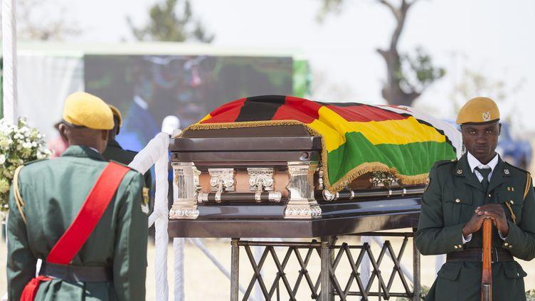 Le cercueil de l'ancien président du Zimbabwe Robert Mugabe a été exposé dans son village natal, Kutama, pour permettre aux habitants de lui dire adieu (16 septembre 2019). (WILFRED KAJESE / ANADOLU AGENCY)